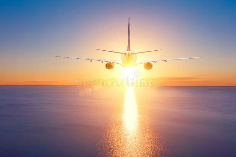 Flygplanet flyger på en tur över havet till solnedgången f?r sommarterritorium f?r katya krasnodar semester arkivbild