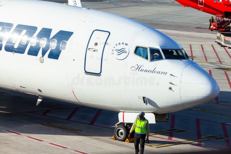 Flygplanet från Tarom står nära porten på flygplatsen Hamburg arkivfoto