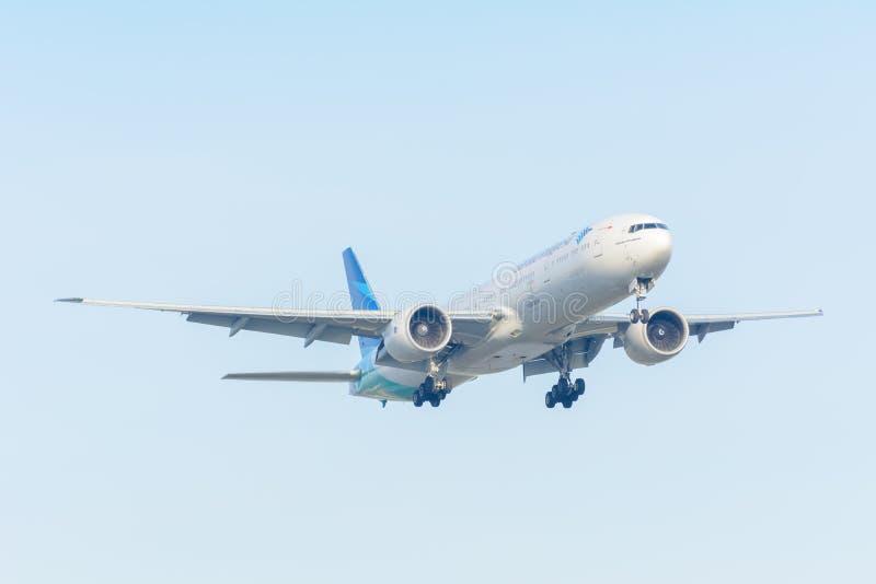 Flygplanet Garuda Indonesia PK-GIC Boeing 777-300 landar på den Schiphol flygplatsen arkivbild