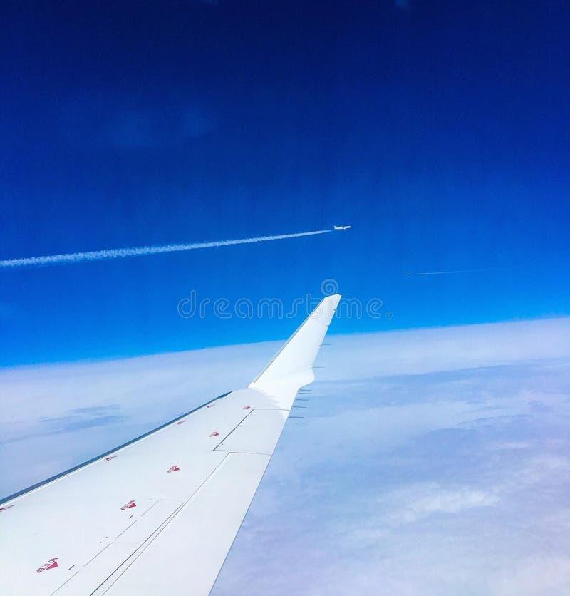 Flygplanet möter flygplanet i luften arkivfoto