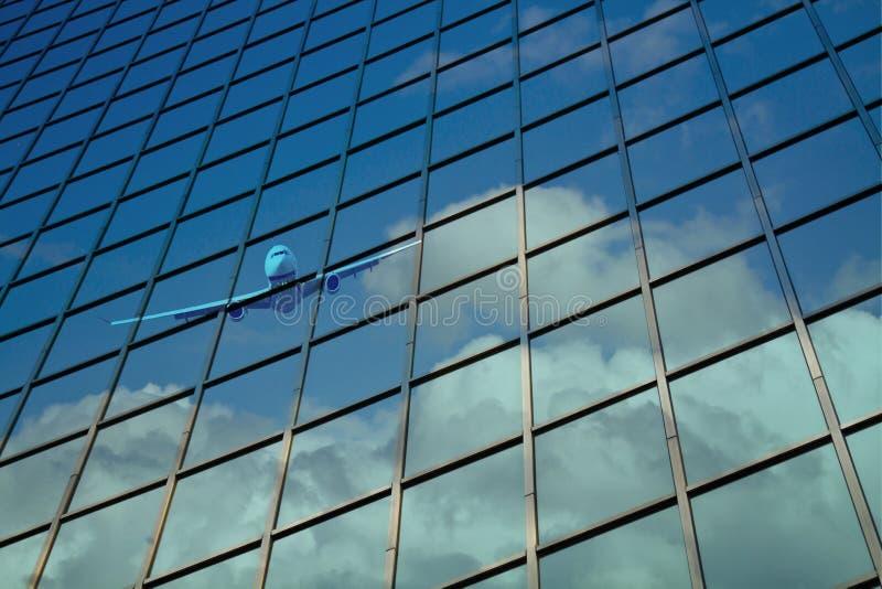 Flygplanet reflekterar på byggande exponeringsglas royaltyfria bilder