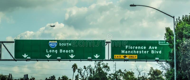 Flygplanet som flyger över motorväg 405, undertecknar in Los Angele arkivbild