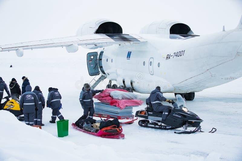 Flygplanet står på is arkivfoton