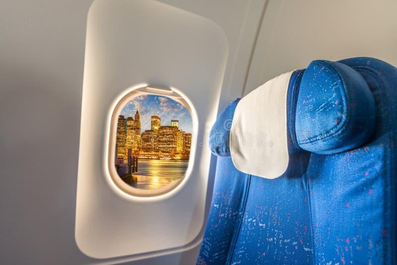 Flygplanfönster med sikt på New York City Ferie och lopp c arkivfoton