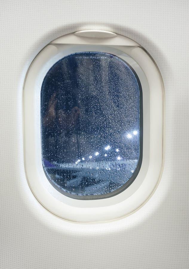 Flygplanfönstersikt på natten med regndroppen arkivfoton