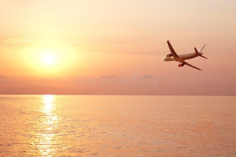 flygplanfluga över havet royaltyfria bilder