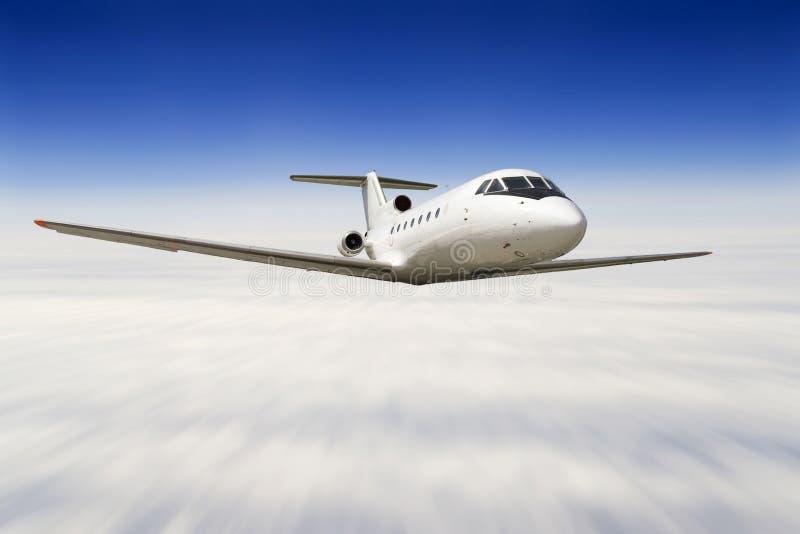 flygplanflyg över skyen royaltyfri foto