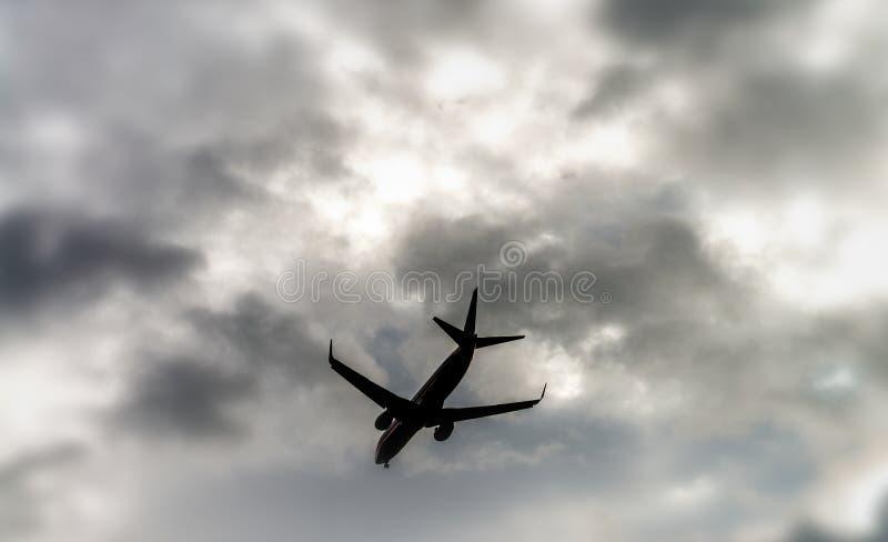 Flygplanflyg Skyward sikt på en stormig dag arkivbilder