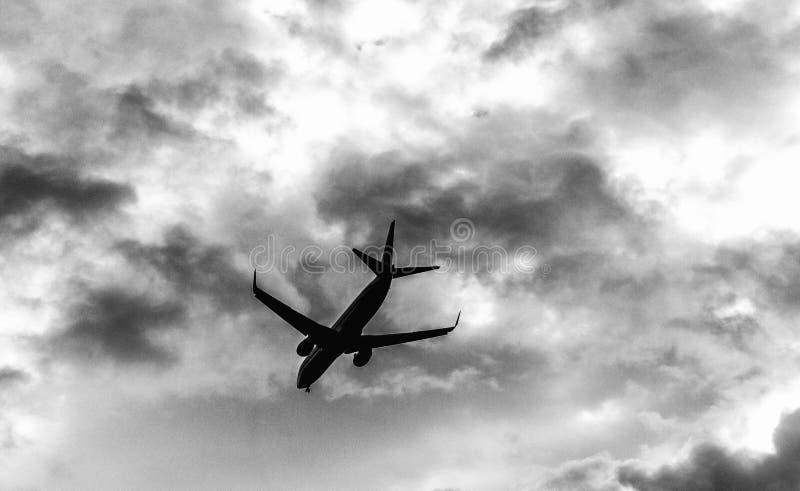 Flygplanflyg Skyward sikt på en stormig dag royaltyfri fotografi