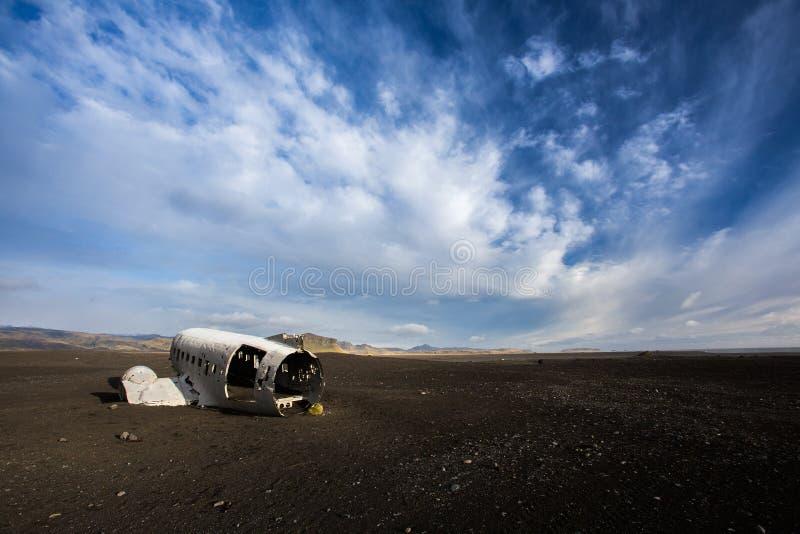 Flygplanhaveri på den svarta sandstranden arkivbild