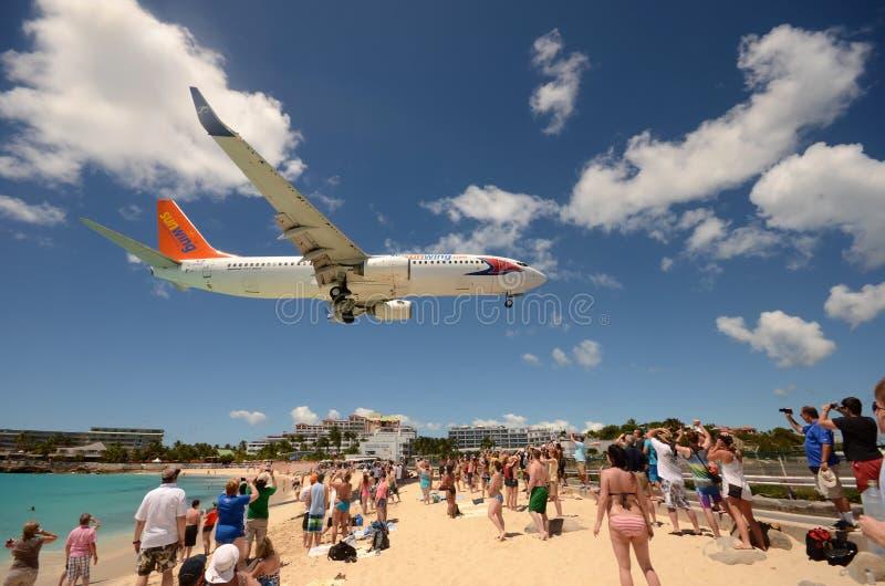 Flygplanlandning över Maho Beach, ST Maarten arkivfoto