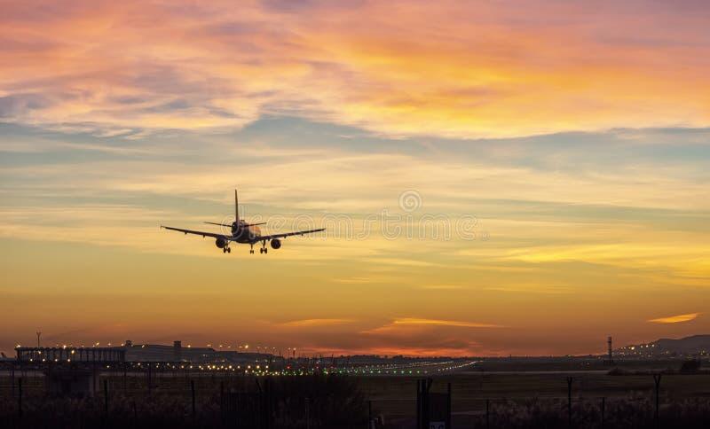 Flygplanlandning, härliga ockrafärger arkivbilder