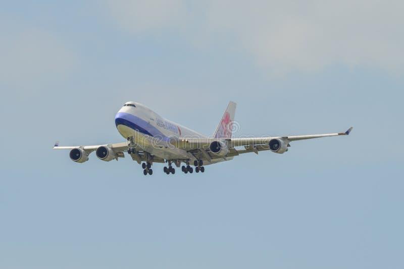 Flygplanlandning på den Singapore flygplatsen arkivbilder