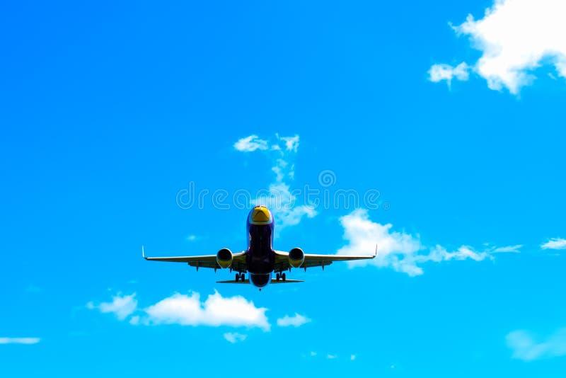 Flygplanlandning på Phuket den internationella flygplatsen i solig dag royaltyfri bild