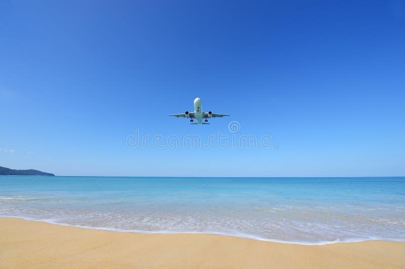Flygplanlandningen på den Phuket flygplatsen över Mai Khao Beach arkivbild
