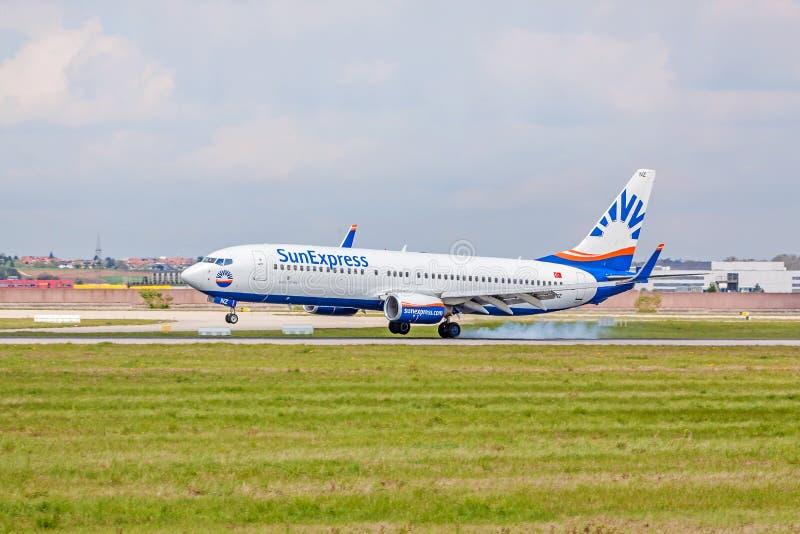 Flygplanlandningsögonblick: SunExpress Boeing 737 landning, flygplats Stuttgart, Tyskland arkivfoto
