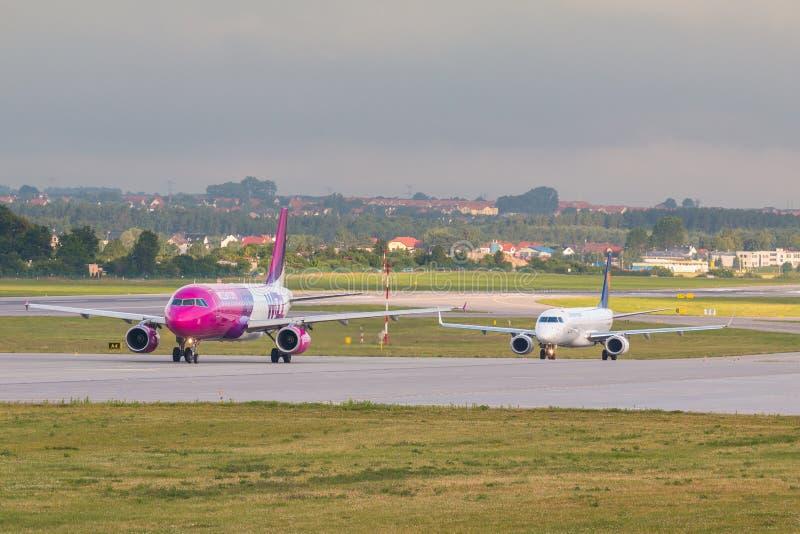 Flygplanlinje Wizzair som åker taxi på flygplatslandningsbanan arkivbilder