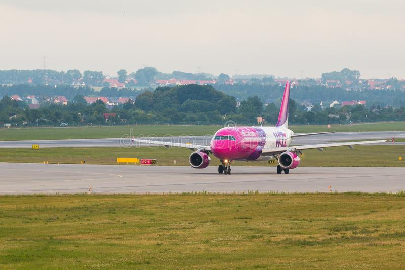 Flygplanlinje Wizzair som åker taxi på flygplatslandningsbanan arkivfoton