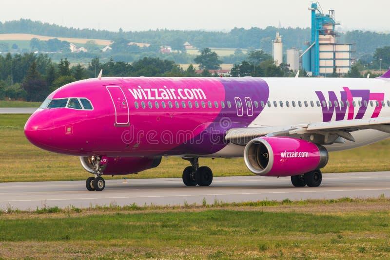Flygplanlinje Wizzair som åker taxi på flygplatslandningsbanan arkivfoto
