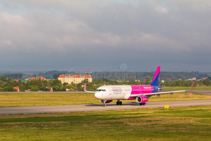 Flygplanlinje Wizzair som åker taxi på flygplatslandningsbanan fotografering för bildbyråer