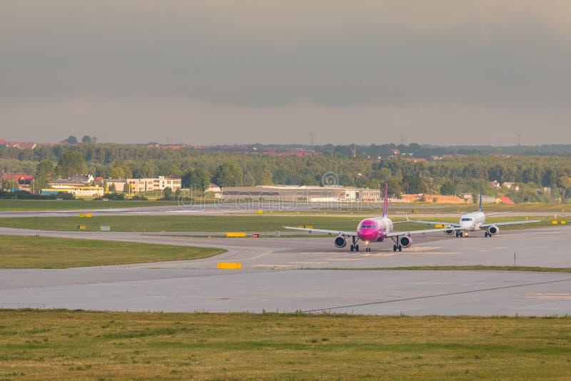 Flygplanlinje Wizzair som åker taxi på flygplatslandningsbanan royaltyfria foton