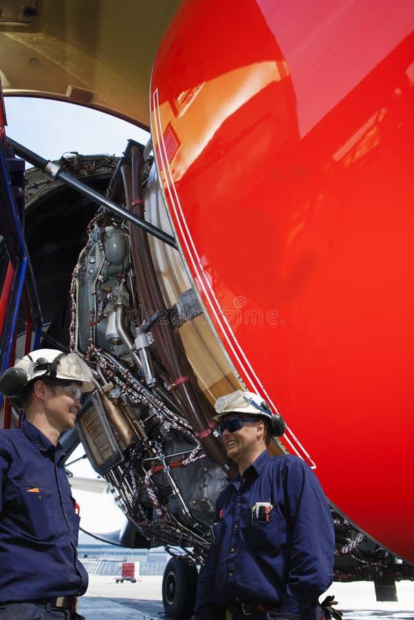 Flygplanmekaniker och jumbo - jetmotor fotografering för bildbyråer