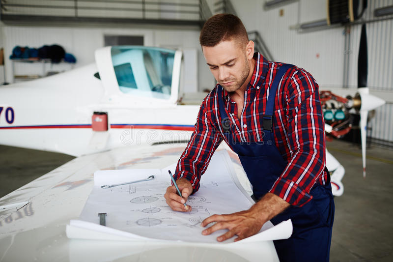 Flygplanmekaniker Working med plan arkivbilder