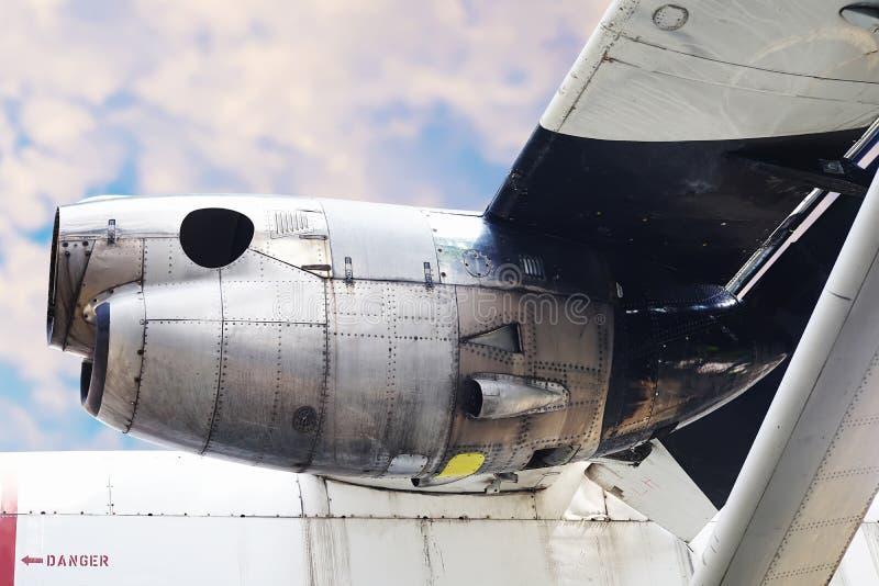 Flygplanmotor med blå himmel under sikt för flygplanvinge royaltyfri bild