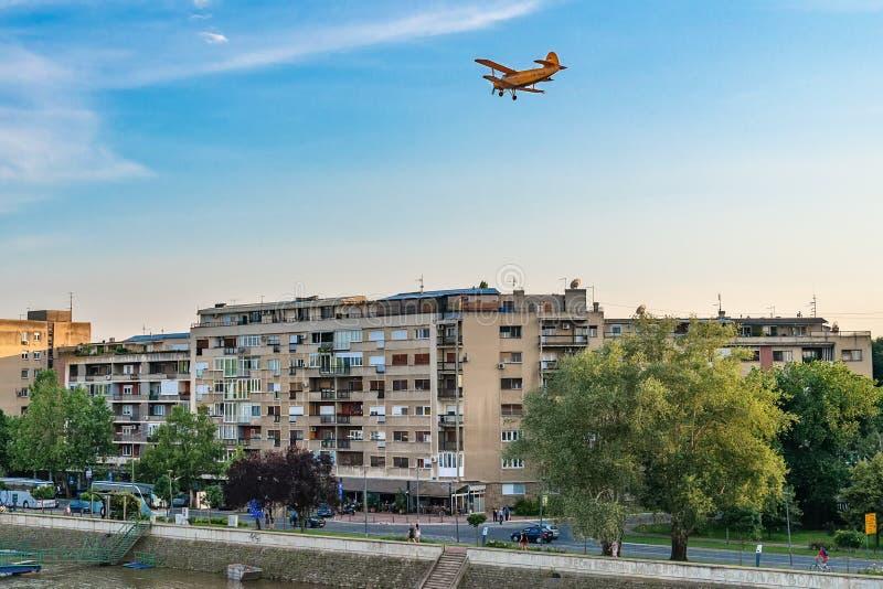 Flygplanmygga som besprutar utrustning i Novi Sad, Serbien arkivbilder