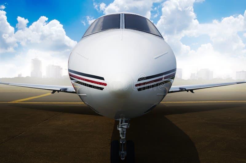 Flygplanparkering för privat stråle på flygplatsen arkivfoton
