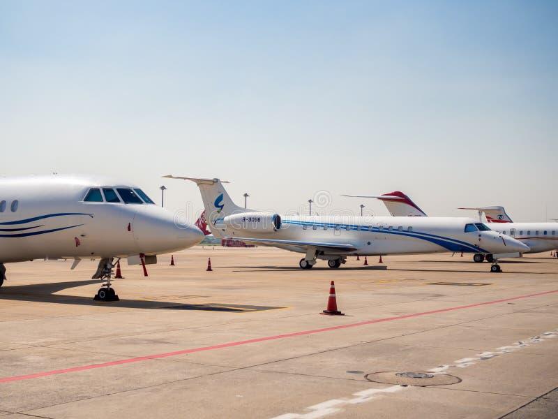 Flygplanparkering nära landningsbanan i flygplats royaltyfria foton