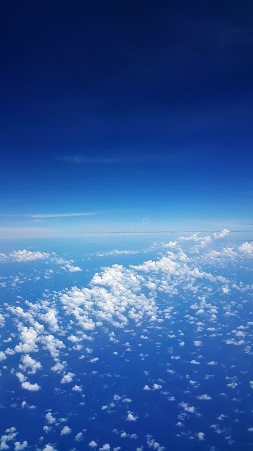 Flygplansikt av det blåa havet och blå himmel royaltyfri bild