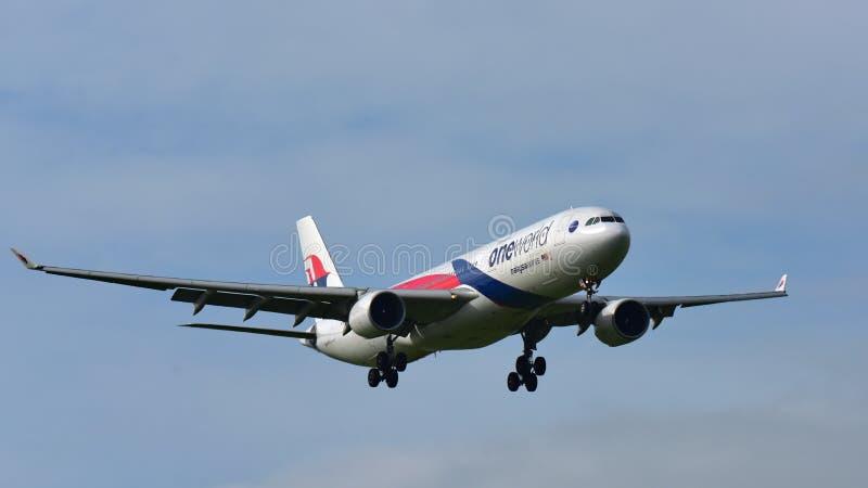 Flygplanslandning för Malaysia Airlines flygbuss A330 på Auckland den internationella flygplatsen arkivbild