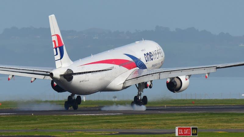 Flygplanslandning för Malaysia Airlines flygbuss A330 på Auckland den internationella flygplatsen arkivbilder