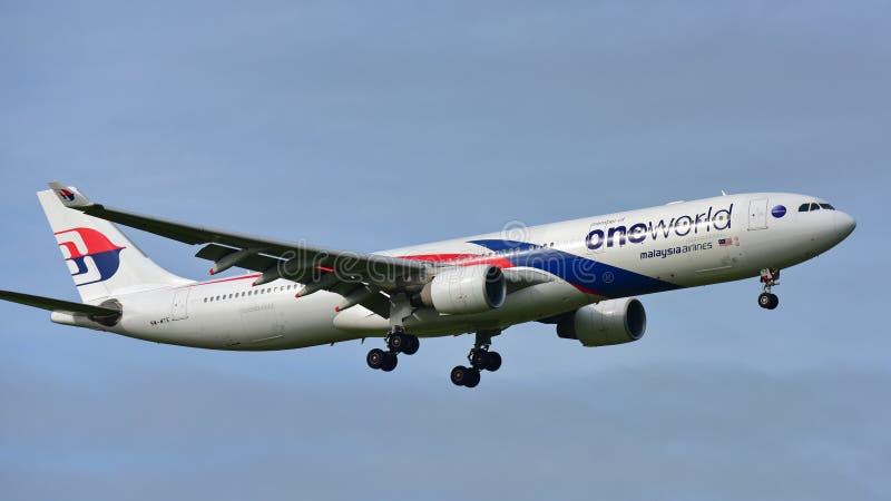 Flygplanslandning för Malaysia Airlines flygbuss A330 på Auckland den internationella flygplatsen royaltyfri fotografi