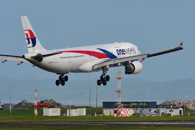 Flygplanslandning för Malaysia Airlines flygbuss A330 på Auckland den internationella flygplatsen royaltyfri bild