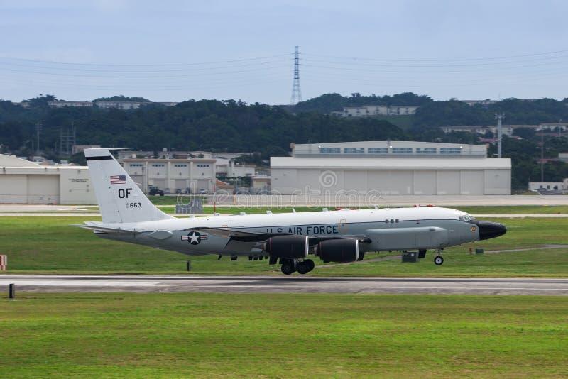 Flygplanslandning för USA-flygvapen RC135 på Okinawa arkivbilder
