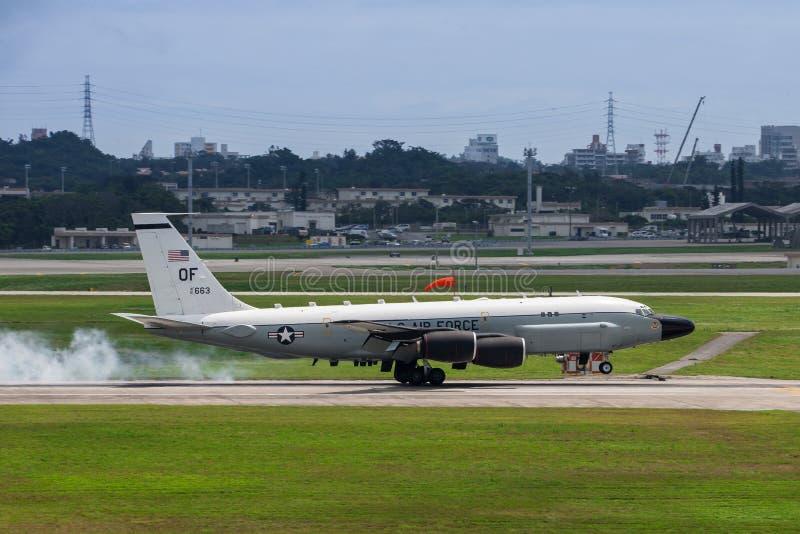 Flygplanslandning för USA-flygvapen RC135 på Okinawa fotografering för bildbyråer