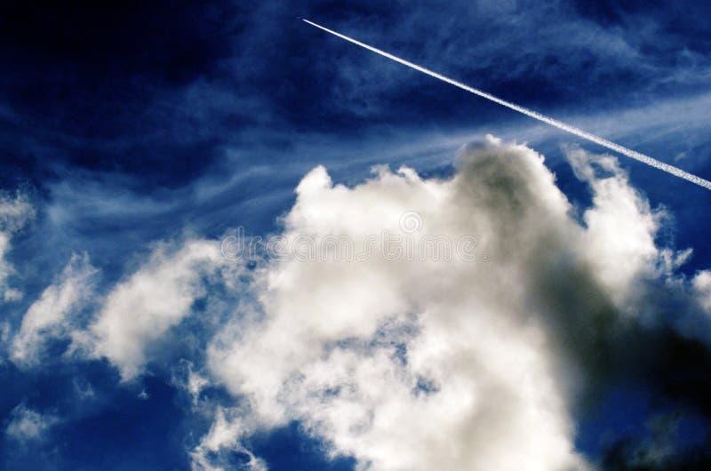 Flygplanspår i molnig himmel fotografering för bildbyråer