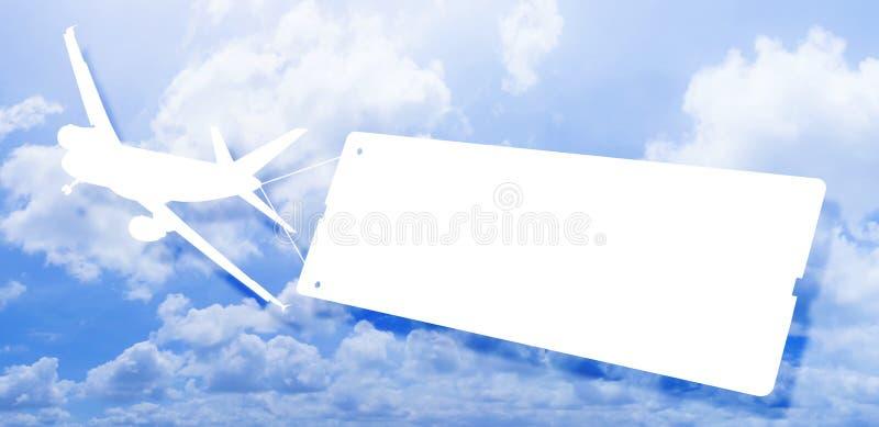 Flygplansymbolsflyg och bogsera en tom skylt mot en molnig himmel - begreppsbild med utrymme för text arkivbild