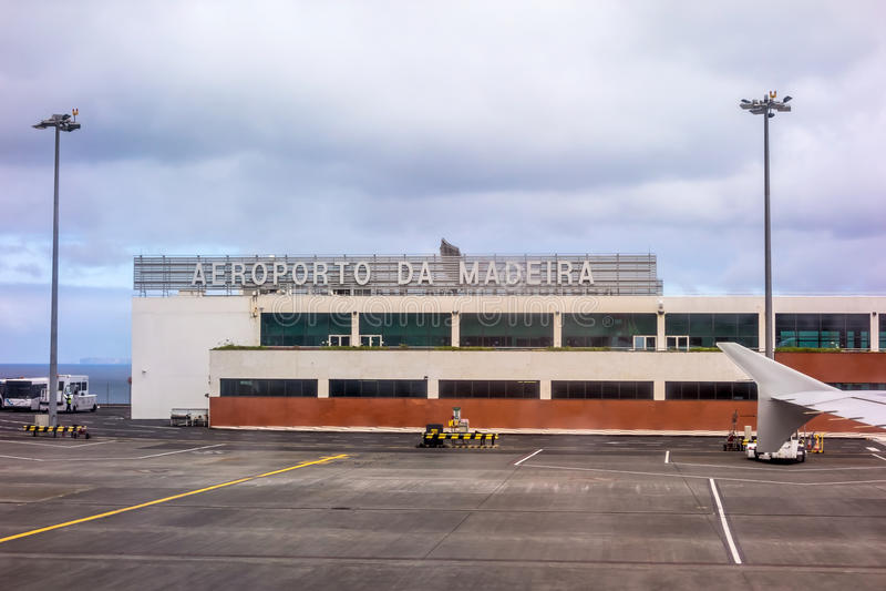 Flygplats Funchal, madeira, når att ha landat - fönstersikt av maingaten royaltyfri foto