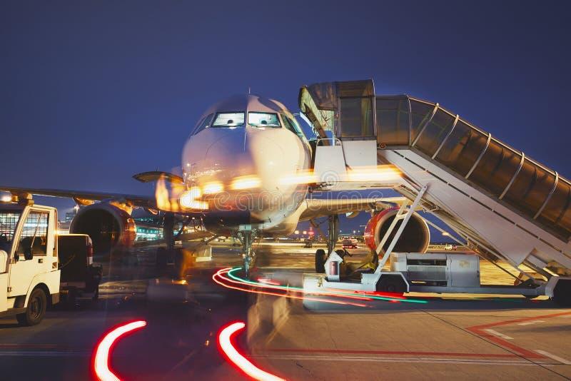 Flygplats i natten royaltyfri foto
