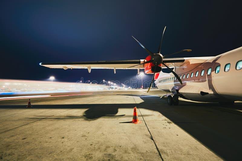 Flygplats i natten arkivfoto