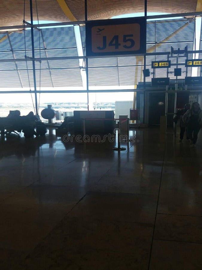 Flygplats i Santander Spanien, väntande på flyg royaltyfri fotografi