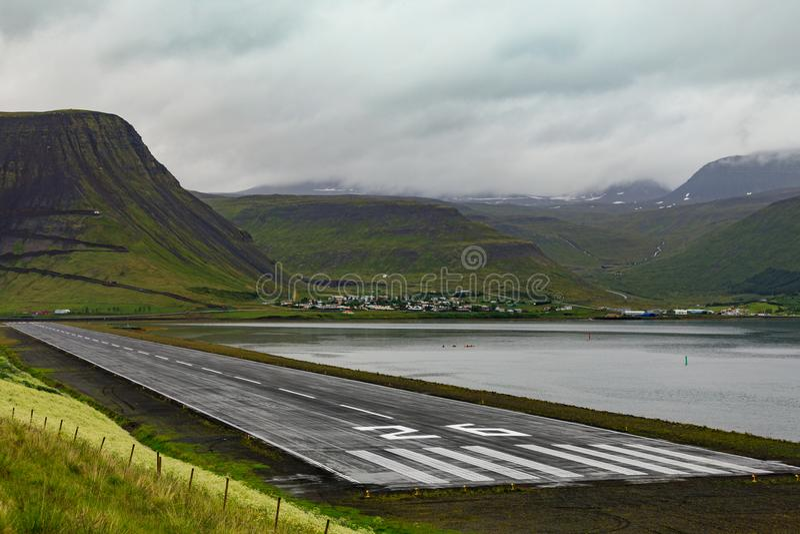Flygplats landningsbana av Isafjordur på Wesfjordsen fotografering för bildbyråer