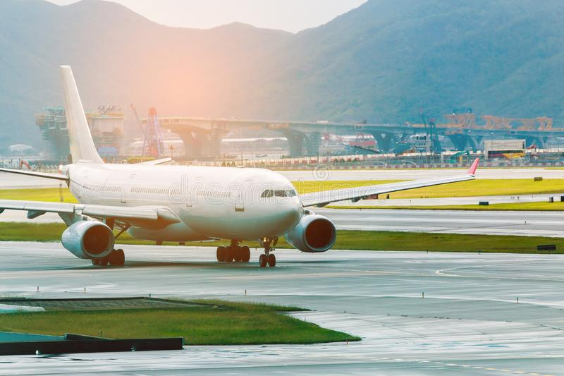 Flygplats med många flygplan på den härliga solnedgången arkivbild