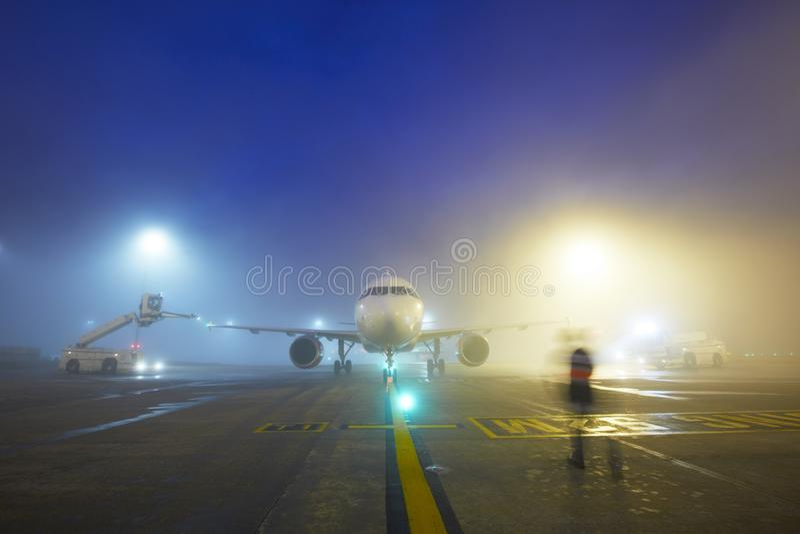 Flygplats på natten arkivfoton