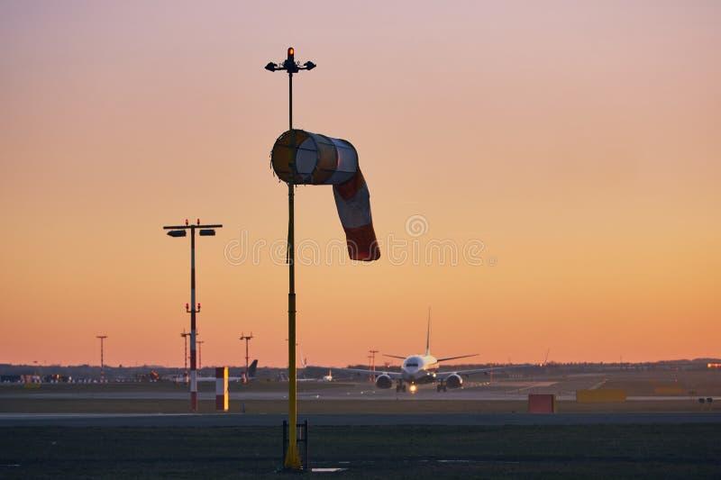 Flygplats på solnedgången fotografering för bildbyråer