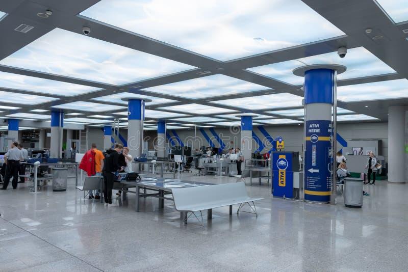 Flygplats palma, mallorca, Spanien, 2019 april 14: säkerhetskontroll på flygplatsen av palmaen, mallorca fotografering för bildbyråer