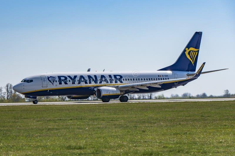 Flygplats Prague Ruzyne-LKPR, Boeing 737-800 Ryanair arkivfoto